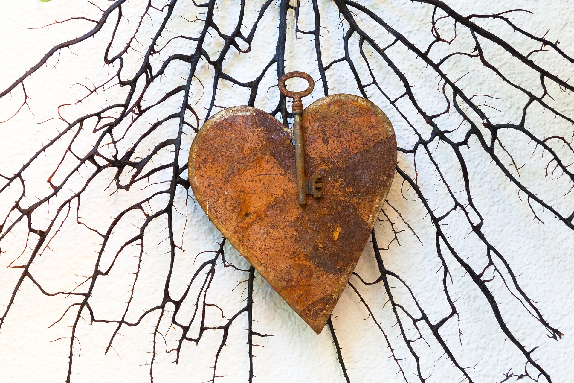 Innamorarsi e amare; una dissonanza cognitiva. Un cuore arrugginito e una chiave che non riesce ad aprirlo
