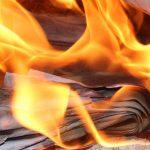 dare l'idea del fuoco che brucia le vecchie abitudini